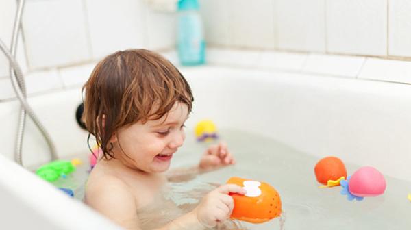 Cách tắm lá chè xanh cho bé đúng và hiệu quả nhất
